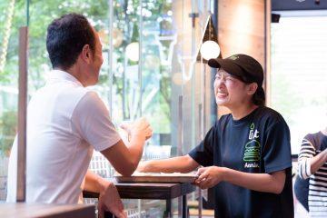 就活パートナーのおすすめ企業紹介!株式会社サザビーリーグはのブランド、NY発の「シェイク シャック」は、こだわりの食材を使ったハンバーガーレストラン。現在では国内6店舗、世界に150店舗以上を展開しています。お店では自分のペースでスキルをつけながら接客、販売、調理などを担当します。